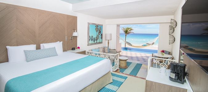 Junior Suite Beachfront Infinity Swim Up