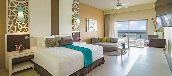 Oceanfront Infinity Pool Balcony Guestroom