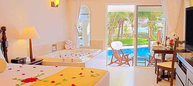 Oceanfront Swim Up Jacuzzi Junior Suite