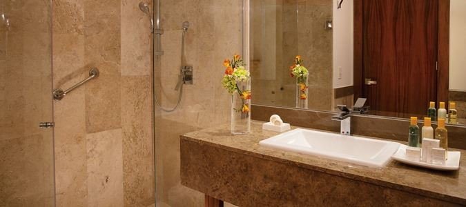 Deluxe Guestroom Bathroom